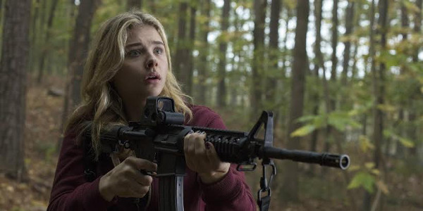"""Chloe Grace Moretz Fights Invaders Back in """"The 5th Wave"""" (Opens Jan 20)"""