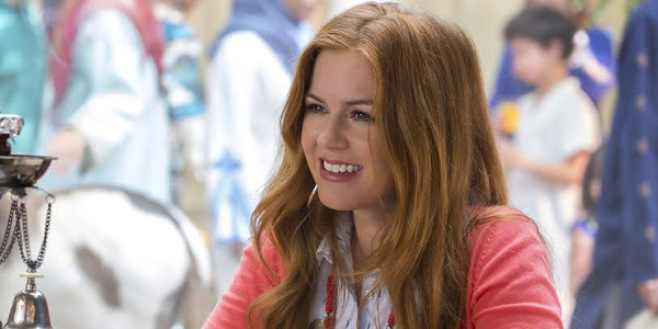 "Isla Fisher Spies on Neighbors in ""Keeping Up With The Joneses"""