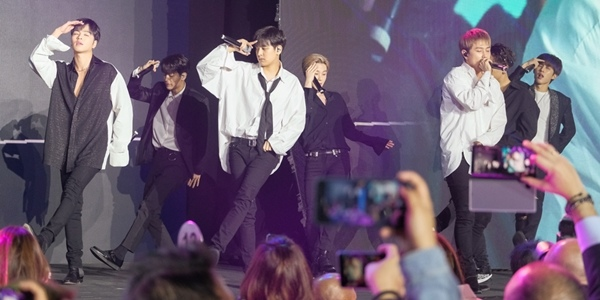 IN PHOTOS: K-Pop Group iKON Performs at the Samsung Galaxy S10 Launch