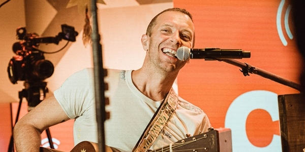 Read more about the article WATCH: Coldplay's Chris Martin & John Legend Treat Fans with Free Online Gigs