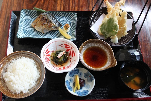 Tempura To Yakizakana (P430): set with appetizers, prawn and kizu tempura, grilled fish, rice, miso soup, pickles, and desserts