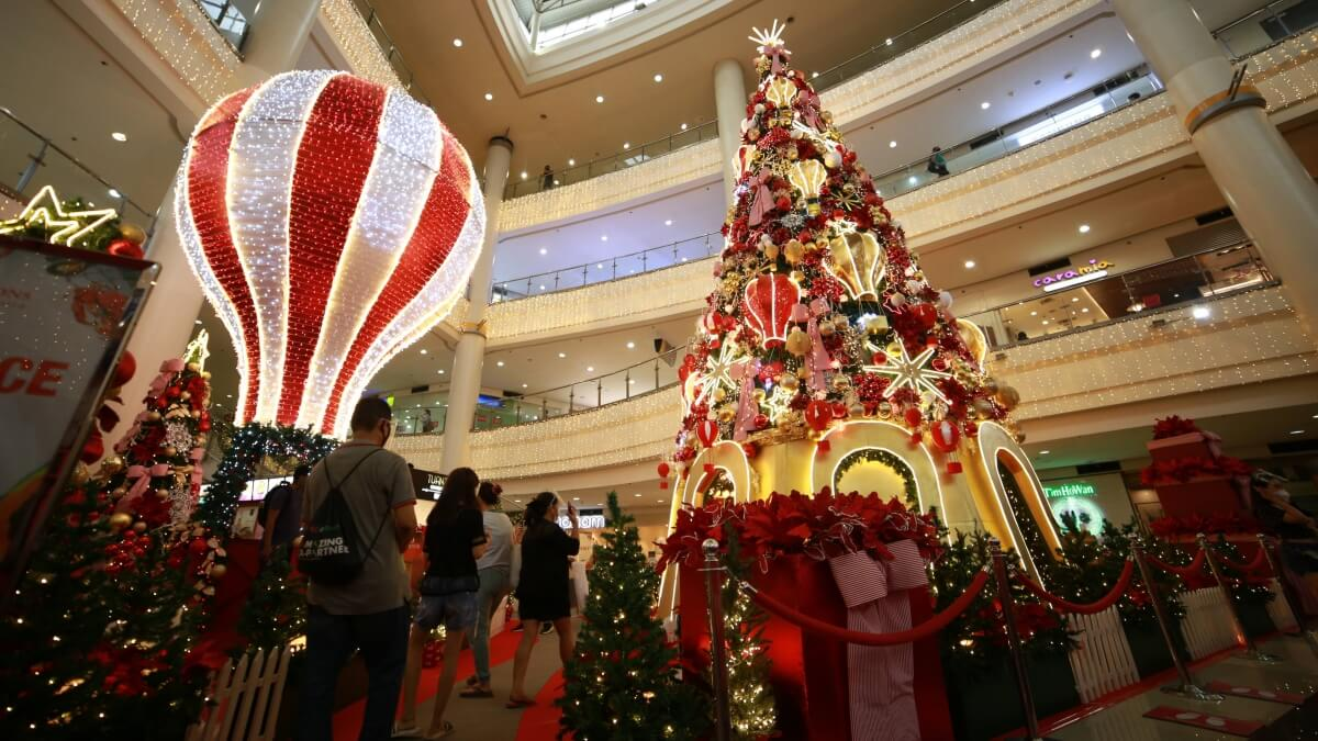 Robinsons Place Manila Lights Up with Beautiful Decor for The Holiday Season