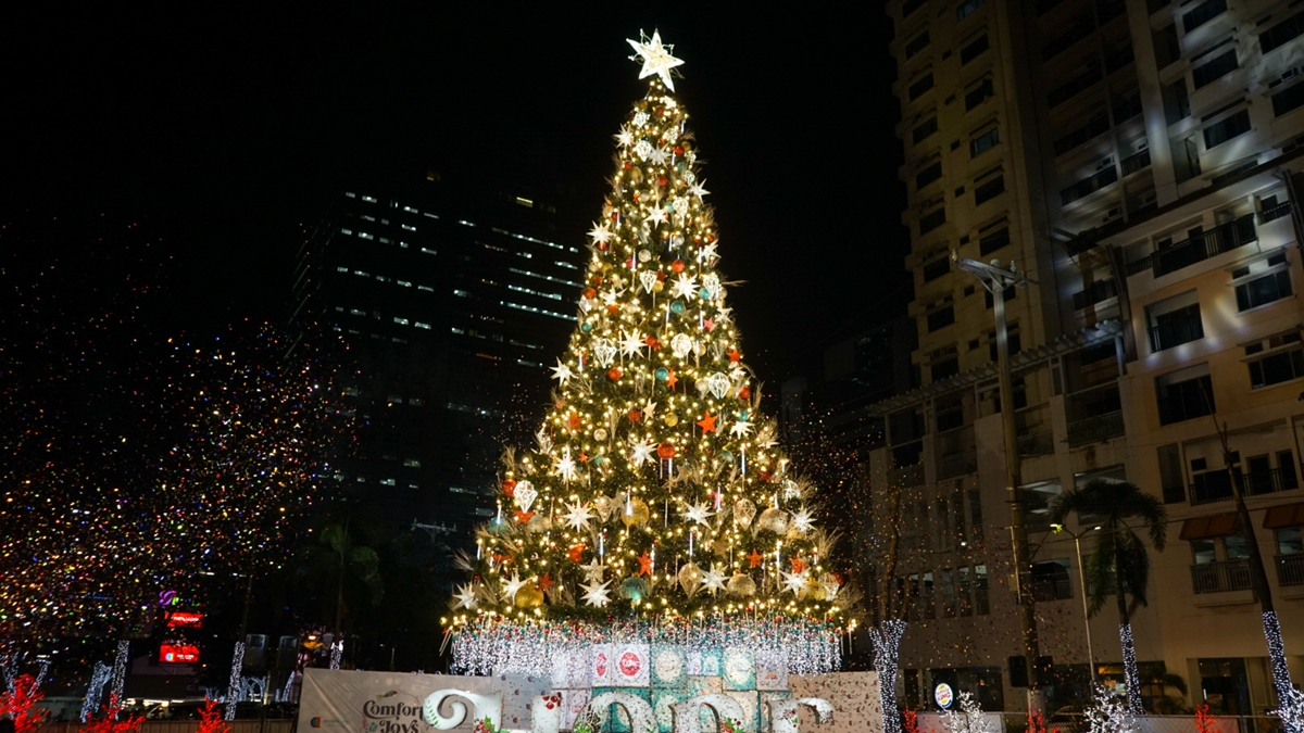 Araneta City Lights Up Its Giant Christmas Tree For Its 39th Year